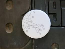 Badge gravure de modeste richard a découvrir chez chromosome a le concept store curieux de lille