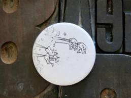 Badge gravure de maxime richard a découvrir chez chromosome a concept store curieux de lille